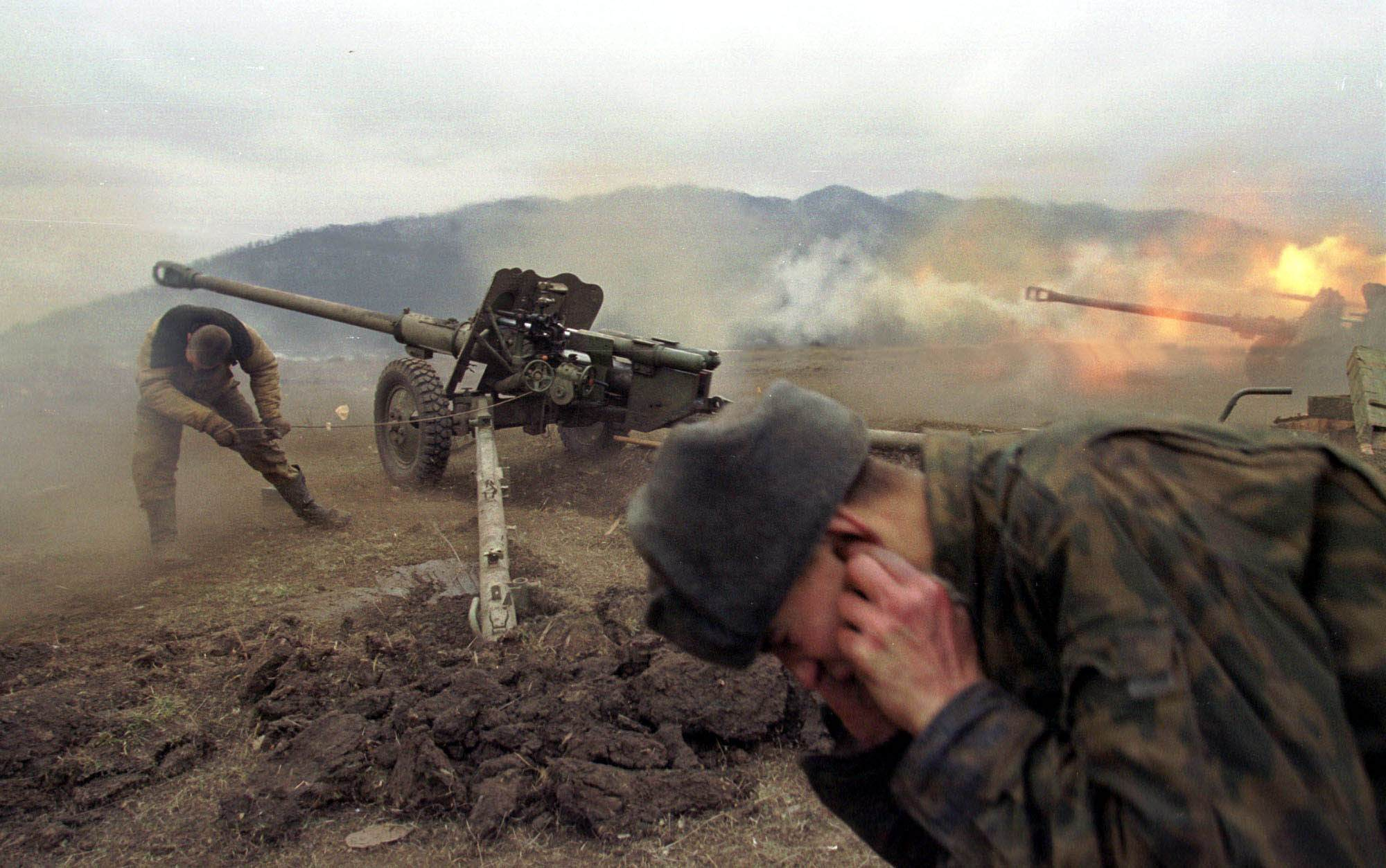 Федеральные войска обстреливают позиции чеченских боевиков/ Фото АР/ Максим Мармур