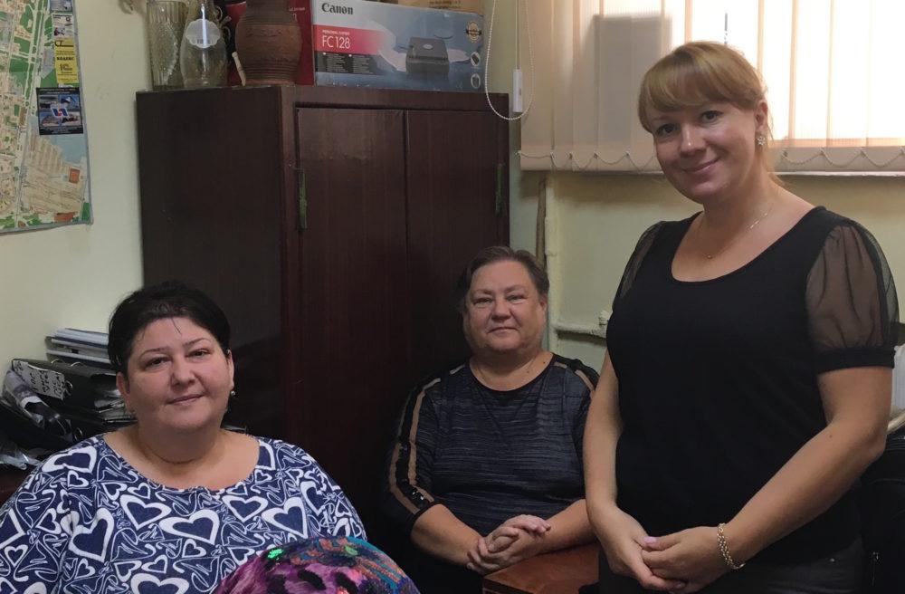 На фото слева направо: волонтёр  Диана Тигранян, Любовь Мосеева-Элье,  юрист Светлана Романова.