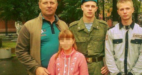 Вячеслав Шатровский (крайний слева) с семьей
