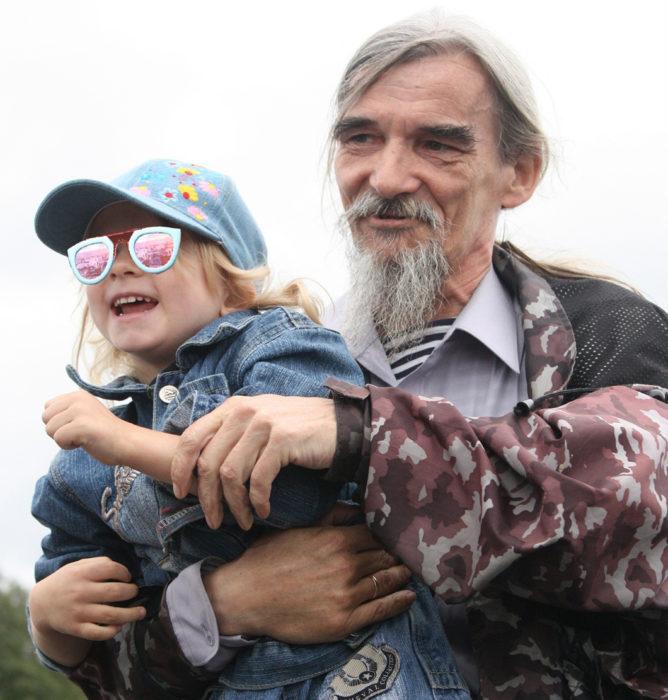 Юрий Дмитриев с приемной дочерью (лицо скрыто)